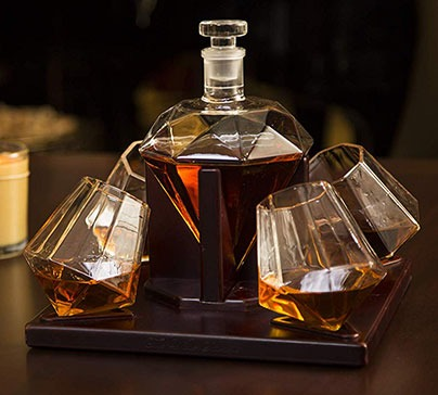 Impress your employees or friends with this beautiful diamond-shaped whiskey decanter. The set contains four diamond shape whiskey glasses with a mahogany wooden base.